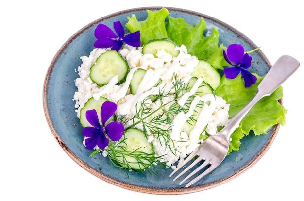 Lacticínios. requeijão do país e vegetais verdes.