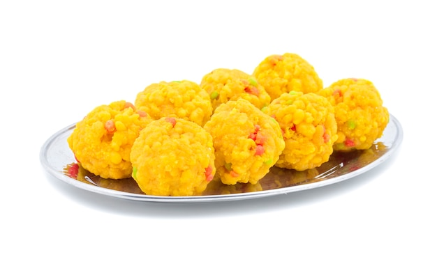 Laddu comida doce indiana em fundo branco