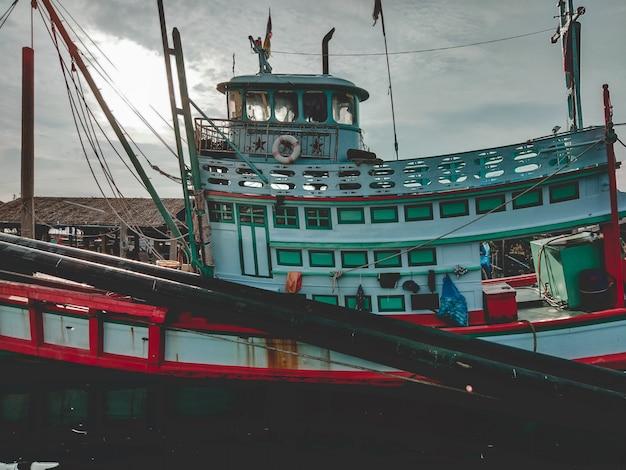 Lado do barco de pesca no mar. um barco de pesca de trabalho para a venda no beira-mar. barco de pesca usado.
