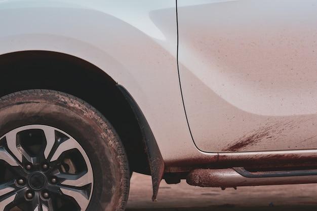 Lado do carro sujo, conceito de serviço de lavagem