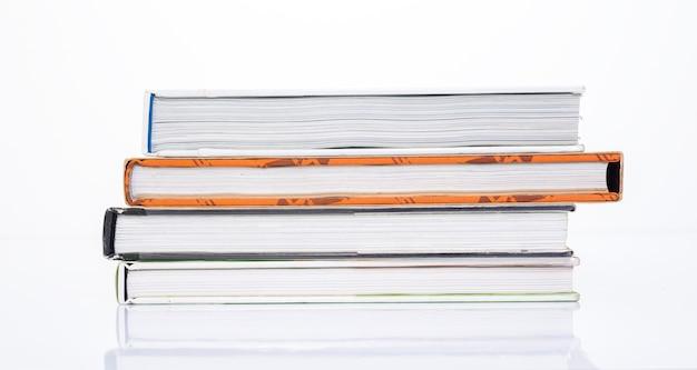Lado do livro em fundo branco