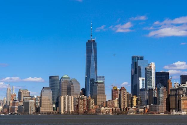 Lado do rio da paisagem urbana de nova york, que local é mais baixo