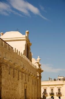 Lado esquerdo da catedral de siracusa