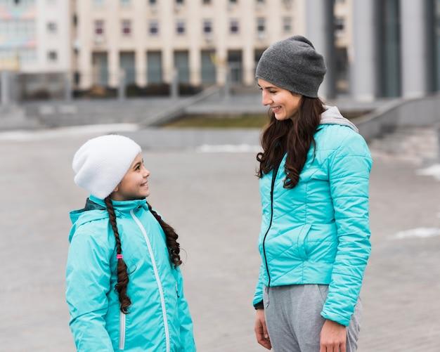Lado mãe e filha ao ar livre