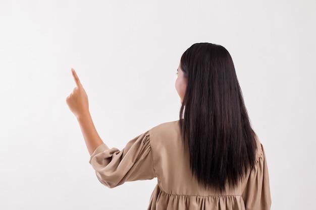 Lado traseiro da mulher apontando para cima, fundo