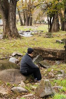 Lado vista homem relaxante na natureza