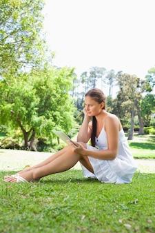 Lado, vista, mulher, dela, tabuleta, computador, sentando, gramado