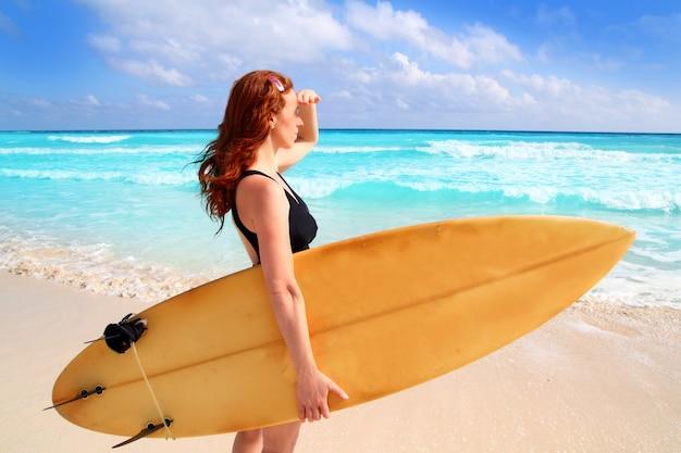 Lado vista surfista mulher tropical mar olhando ondas