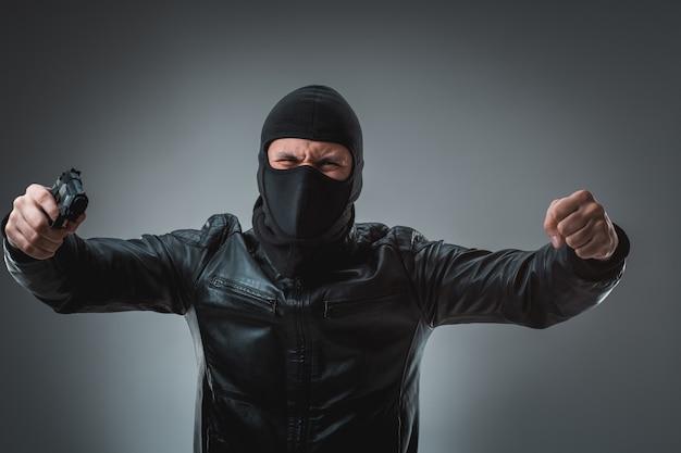 Ladrão com arma, tiro de estúdio