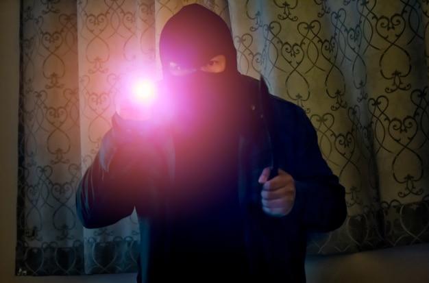 Ladrão é furtado para dentro da casa