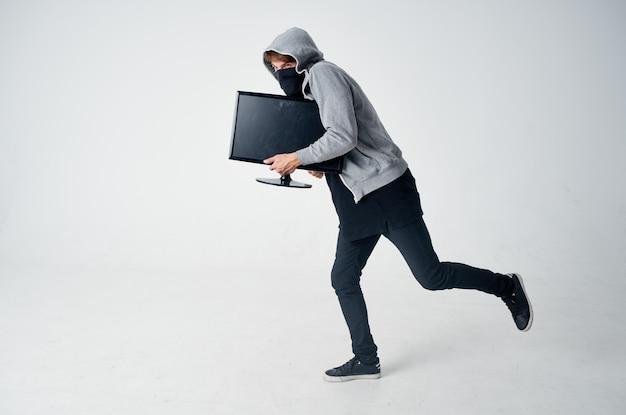 Ladrão masculino cabeça encapuzada hacking tecnologia de luz de fundo