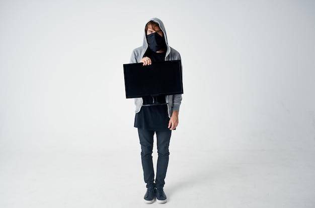Ladrão masculino, cabeça encapuzada, hacking, tecnologia, segurança, fundo isolado
