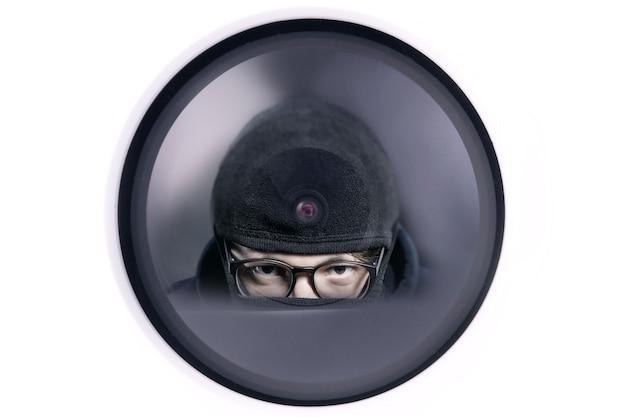 Ladrão refletido na câmera de segurança, conceito de vídeo para proteção