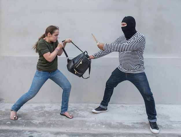 Ladrão, segurando, faca, pilhagem, mulheres, scramble, saco