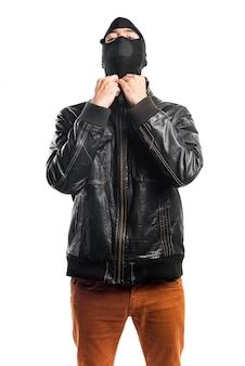 Ladrão vestindo uma jaqueta de couro