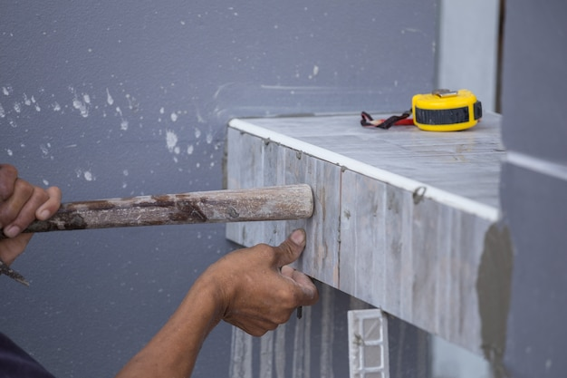 Ladrilhador instalar ladrilhos cerâmicos