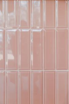 Ladrilho cerâmico retangular ereto brilhante rosa, plano de fundo, textura.