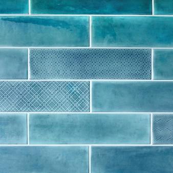 Ladrilhos cerâmicos na parede em azul. para plano de fundo e textura.