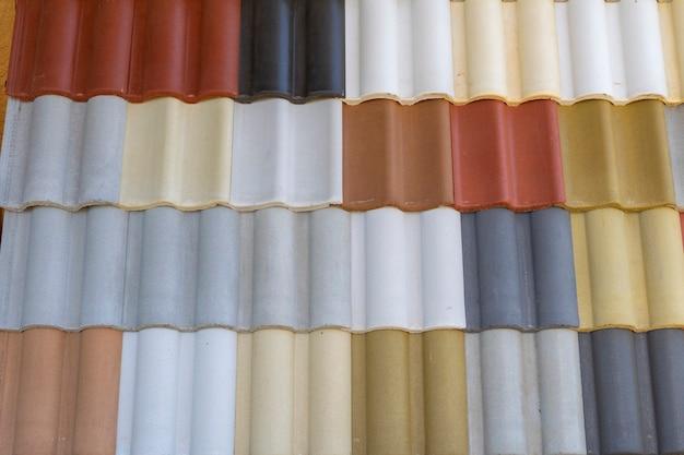 Ladrilhos coloridos expostos para venda