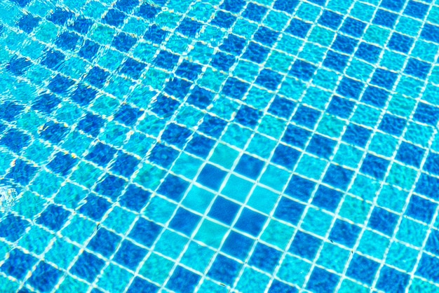 Ladrilhos de piscina com superfície de água como fundo