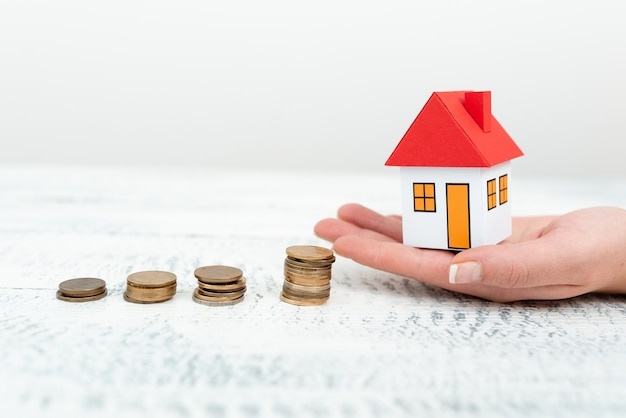 Lady apresenta novos negócios de poupança para casa em equipamento, mulher de negócios mostrando possíveis oportunidades de investimento para a nova casa, hipotecas parceladas exibições para vendas recentes de apartamentos.