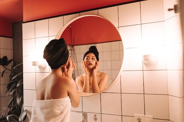 Lady faz massagem facial