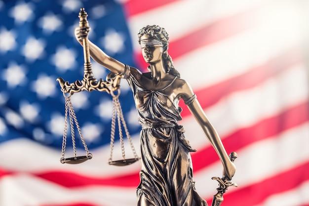 Lady justice e a bandeira americana. símbolo da lei e da justiça com a bandeira dos eua.