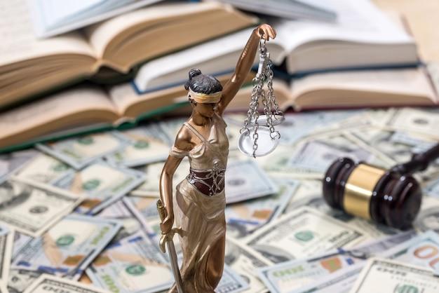 Lady justice ou themis, livro e martelo em notas de dólar