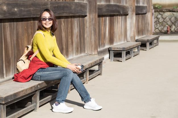 Lady tourist está viajando para o templo kencho-ji no japão