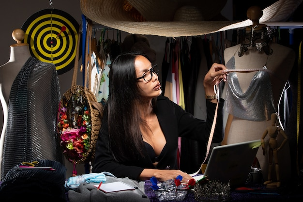 Ladyboy fashion designer verifica design de padrões