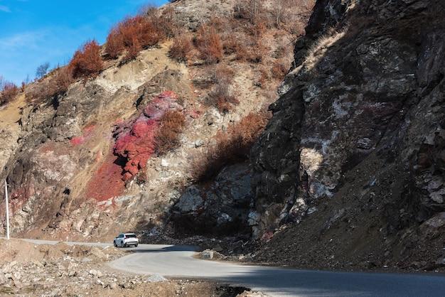 Lagich, azerbaijão, 23 de dezembro de 2019. carro na estrada de montanha ao longo de penhascos íngremes incríveis