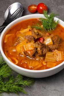 Lagman com macarrão é um prato tradicional uzbeque
