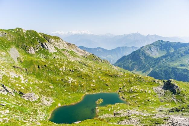 Lago alpino azul de alta altitude no verão