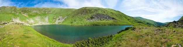 Lago alpino brebeneckul na ravina da montanha do verão (ucrânia, chornogora ridge, montanhas dos cárpatos). nove tiros costuram a imagem.