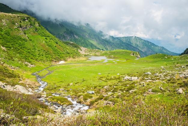 Lago alpino de alta altitude com céu dramático