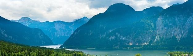 Lago alpino lindo verão vista panorâmica de hallstatter (áustria). três tiros costuram a imagem.