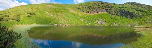 Lago alpino nesamovyte na ravina da montanha do verão (ucrânia, chornogora ridge, montanhas dos cárpatos). três tiros costuram a imagem.