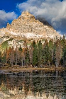 Lago antorno e vista das montanhas rochosas, dolomitas, itália