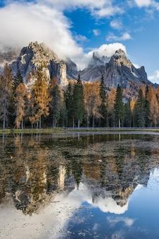 Lago antorno nos alpes dolomitas e árvores coloridas com reflexões na temporada de outono, itália
