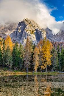 Lago antorno nos alpes dolomitas e árvores coloridas na temporada de outono, itália