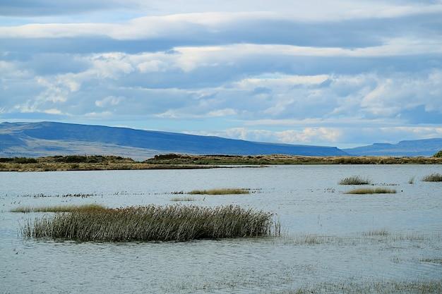 Lago argentino ou lago argentino sob o céu nublado de el calafate, patagônia, argentina