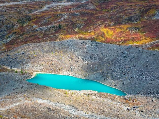 Lago azul claro de difícil acesso, contra o fundo de altas montanhas. paisagem atmosférica de outono com lagos em um vale de alta altitude.