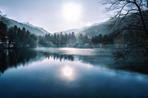 Lago azul com reflexo de nevoeiro e água no fundo da montanha. cáucaso, kabardino-balkaria, rússia