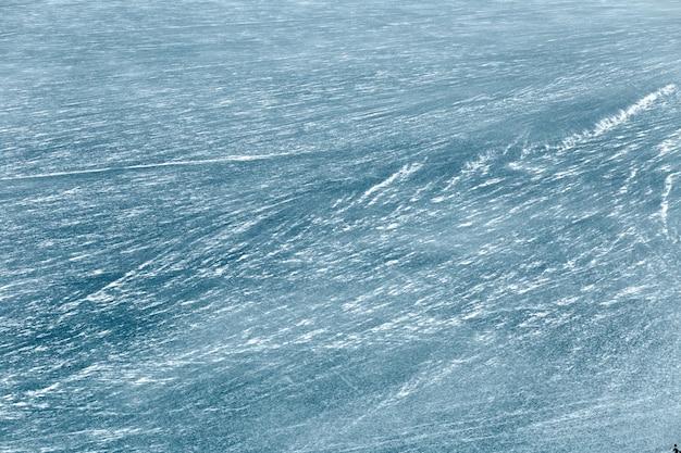 Lago azul congelado no inverno. vista de cima