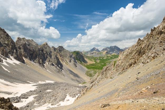 Lago azul de alta altitude em ambiente não contaminado idílico