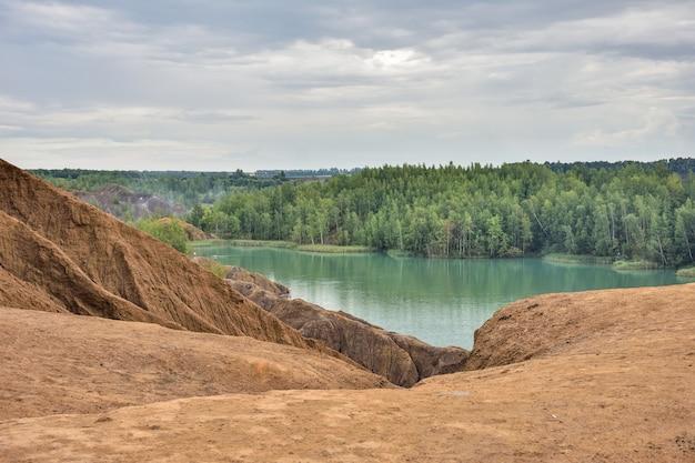 Lago azul em uma pedreira abandonada, montanhas romantsevo, lago em uma mina abandonada, lagos azuis