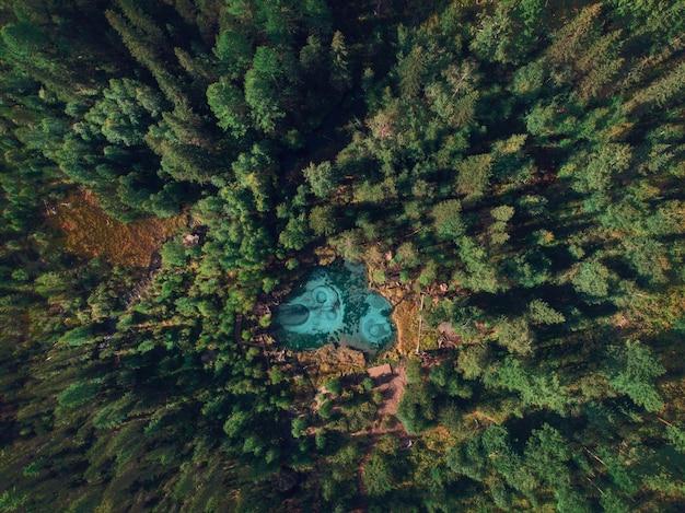 Lago azul géiser prateado com fontes termais