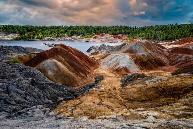 Lago azul incrível céu lindo nuvens paisagem como um planeta marte superfície natureza montanhas urais