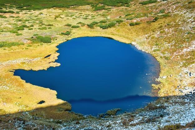Lago azul nas montanhas, vista aérea