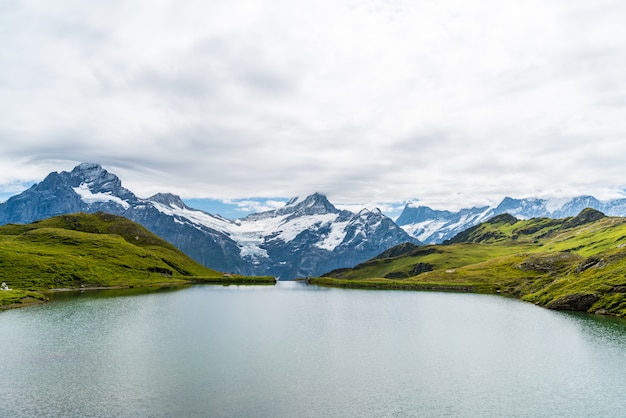 Lago bachalpsee com schreckhorn e wetterhorn em grindelwald na suíça